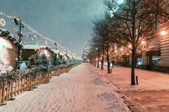 Decoraciones por Año Nuevo y días de fiesta Bolas de la Navidad en ramas de árbol cerca a la catedral del ` s de la albahaca del  Fotografía de archivo libre de regalías