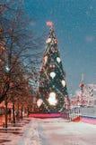 Decoraciones por Año Nuevo y días de fiesta Bolas de la Navidad en ramas de árbol cerca a la catedral del ` s de la albahaca del  Fotos de archivo libres de regalías