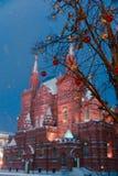 Decoraciones por Año Nuevo y días de fiesta Bolas de la Navidad en ramas de árbol contra la perspectiva del museo histórico Fotos de archivo libres de regalías