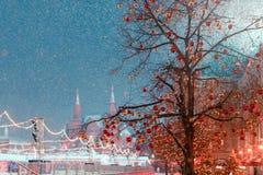 Decoraciones por Año Nuevo y días de fiesta Bolas de la Navidad en ramas de árbol contra la perspectiva del museo histórico Imagen de archivo libre de regalías