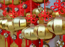 Decoraciones que cuelgan en el templo chino Fotos de archivo