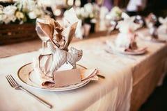 Decoraciones rústicas de la boda presente para la huésped como juguete del gato en tabl Imagen de archivo