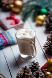 Decoraciones, regalo, calcetín y taza de la Navidad de café Imagen de archivo libre de regalías