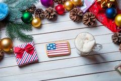 Decoraciones, regalo y taza de la Navidad de café Imágenes de archivo libres de regalías
