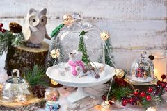 Decoraciones retras de la Navidad del estilo en las bóvedas de cristal Fotografía de archivo libre de regalías