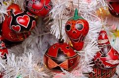 Decoraciones rojas brillantes del árbol de navidad en estilo al sudoeste en O Fotografía de archivo libre de regalías
