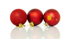 Decoraciones rojas de las chucherías del árbol de navidad en Navidad Fotografía de archivo libre de regalías