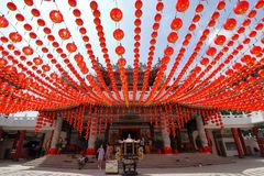 Decoraciones rojas de las linternas en el templo de Thean Hou en Kuala Lumpur, Malasia Imágenes de archivo libres de regalías
