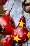 Decoraciones rojas del árbol de navidad en estilo al sudoeste en ciudad vieja Imagen de archivo libre de regalías