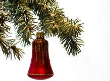 Decoraciones rojas del juguete de la campana en ramas de árbol En el fondo blanco Fotos de archivo libres de regalías