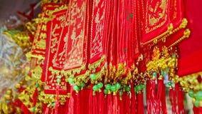 Decoraciones rojas pintadas visión cercana del oro para TET en Vietnam metrajes