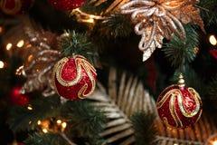 Decoraciones rojas y amarillas del árbol de navidad Fotos de archivo libres de regalías