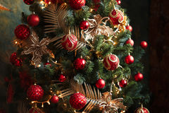 Decoraciones rojas y amarillas del árbol de navidad Imágenes de archivo libres de regalías