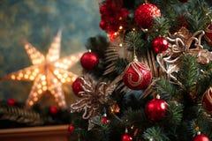 Decoraciones rojas y amarillas del árbol de navidad Foto de archivo