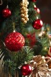 Decoraciones rojas y amarillas del árbol de navidad Foto de archivo libre de regalías