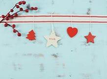 Decoraciones rojas y blancas modernas de la Navidad de la ejecución en fondo de madera azul de la aguamarina Imagenes de archivo