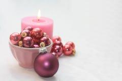 Decoraciones rosadas y púrpuras de la Navidad Imagenes de archivo
