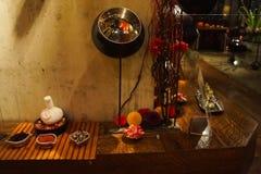 Decoraciones tailandesas del balneario del estilo en estante de madera fotografía de archivo