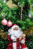 Decoraciones tales como Papá Noel, hadas, mariposa, C del árbol de navidad Foto de archivo