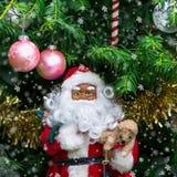 Decoraciones tales como Papá Noel, hadas, mariposa, C del árbol de navidad Imagen de archivo libre de regalías