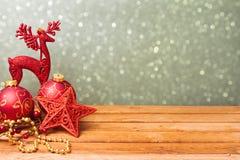 Decoraciones tradicionales del día de fiesta de la Navidad en la tabla de madera con el espacio de la copia Fotos de archivo