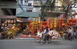 Decoraciones vietnamitas de Tet de la venta de la gente Foto de archivo