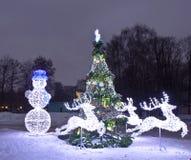 Decoraciones y árbol de navidad eléctricos, Moscú Fotos de archivo libres de regalías