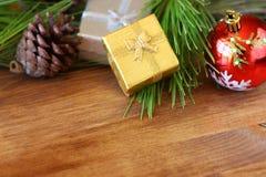 Decoraciones y abeto de la Navidad en un tablero de madera Visión superior estilo filtrado del instagram de la imagen Foto de archivo