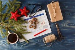 Decoraciones y calendario con el día de la Navidad marcado hacia fuera Imágenes de archivo libres de regalías
