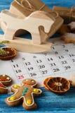 Decoraciones y calendario con el día de la Navidad marcado hacia fuera Fotografía de archivo