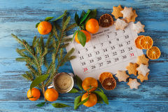 Decoraciones y calendario con el día de la Navidad marcado hacia fuera Foto de archivo libre de regalías