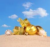 Decoraciones y conchas marinas de la Navidad en una arena de la playa Imagen de archivo libre de regalías
