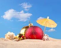 Decoraciones y conchas marinas de la Navidad en una arena de la playa Fotografía de archivo