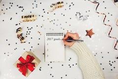 Decoraciones y cuaderno del día de fiesta con 2017 metas Imagenes de archivo