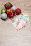 Decoraciones y dinero de la Navidad Fotografía de archivo libre de regalías