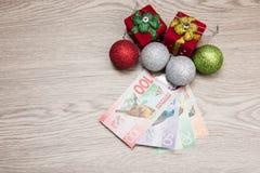 Decoraciones y dinero de la Navidad Imágenes de archivo libres de regalías
