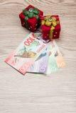 Decoraciones y dinero de la Navidad Imagen de archivo