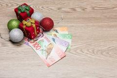 Decoraciones y dinero de la Navidad Imagen de archivo libre de regalías
