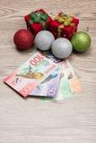 Decoraciones y dinero de la Navidad Foto de archivo