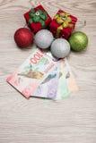 Decoraciones y dinero de la Navidad Foto de archivo libre de regalías