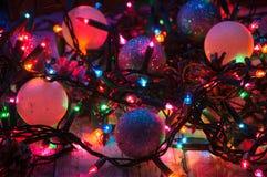 Decoraciones y luces de la Navidad Imagenes de archivo