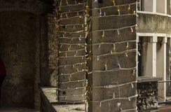 Decoraciones y luces de la Navidad en el castillo fotografía de archivo