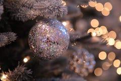 Decoraciones y luces de la Navidad en árbol del Año Nuevo Imagen de archivo