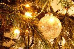 Decoraciones y luces de la Navidad en un árbol Imagenes de archivo