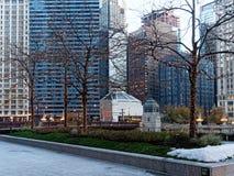 Decoraciones y nieve, Chicago Illinois, los E.E.U.U. de la Navidad fotos de archivo