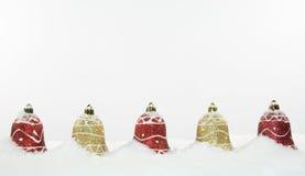 Decoraciones y nieve de Bell de la Navidad Fotos de archivo
