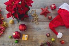 Decoraciones y ornamento de la Navidad en fondo de madera Visión desde arriba Imágenes de archivo libres de regalías