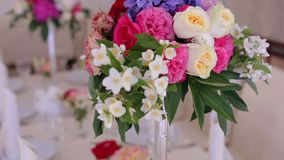 Decoraciones y porción de un banquete de la boda almacen de video