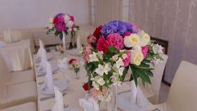 Decoraciones y porción de un banquete de la boda almacen de metraje de vídeo