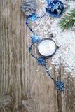 Decoraciones y reloj de la Navidad en la nieve Fotos de archivo libres de regalías